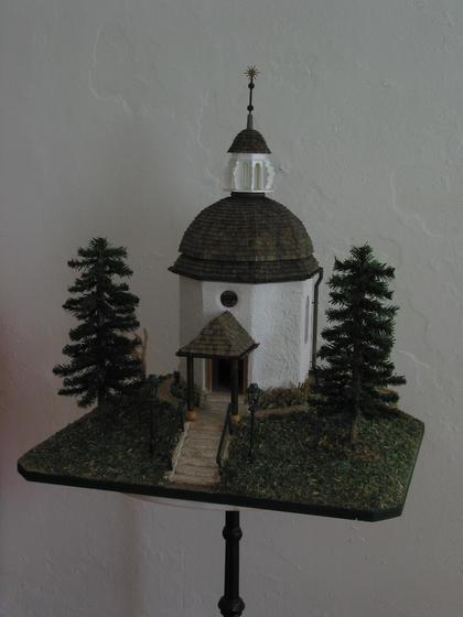 Modell der Stille Nacht Kapelle zu verkaufen 3 Monate Arbeitszeit, 2500 bis 3000 handgefertigte Schindel, Laternen aus Kupferrohren, 19 Lampen. Alles für nue 1400.-EUR.